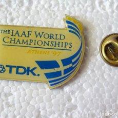 Coleccionismo deportivo: PIN DE DEPORTES. ATLETISMO. TDK IAAF WORLD CHAMPIONSHIP. MUNDIAL ATLETISMO ATENAS 97 1997 GRECIA. Lote 214037896