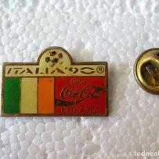 Coleccionismo deportivo: PIN DE DEPORTES. FÚTBOL. MUNDIAL COPA DEL MUNDO ITALIA 90 1990. SELECCIÓN IRLANDA. COCA COLA. Lote 214038915