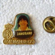 Coleccionismo deportivo: PIN DE DEPORTES. FÚTBOL. REAL MADRID CF. JUGADOR IVAN ZAMORANO. CHILE. Lote 214038968