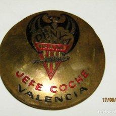 Coleccionismo deportivo: ANTIGUA PLACA DE LATÓN CON IMPERDIBLE DEL JEFE COCHE DE LA PEÑA EXCURSIONISTA LA FAM DE VALENCIA. Lote 214759937