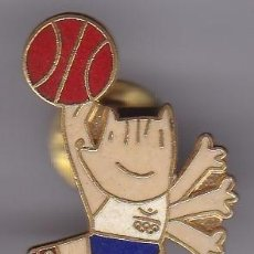 Coleccionismo deportivo: PIN DE COBI JUGANDO A BALONCESTO DE LAS OLIMPIADAS DE BARCELONA 92 (OLYMPIC GAMES). Lote 221820178