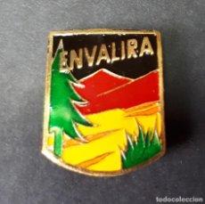 Coleccionismo deportivo: ANTIGUA INSIGNIA ENVALIRA. REFUGIO. MONTAÑA- ANDORRA. Lote 222574876