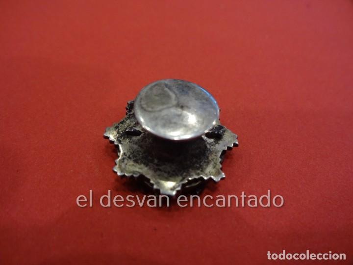 Coleccionismo deportivo: FEDERACION ESPAÑOLA DE CLUBS DE TIRO. Antigua insignia de solapa esmaltada y con relieve - Foto 3 - 225308755