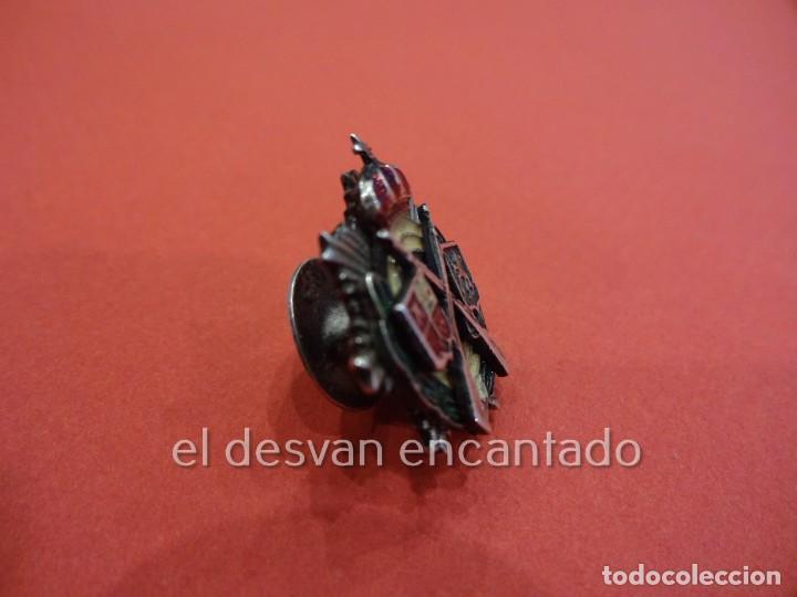 Coleccionismo deportivo: FEDERACION ESPAÑOLA DE CLUBS DE TIRO. Antigua insignia de solapa esmaltada y con relieve - Foto 2 - 225308755