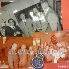 Coleccionismo deportivo: RCD ESPAÑOL. LOTE FOTOGRAFÍAS ACTO 75 ANIVERSARIO. MANUEL MELER + ESCUDO E INSIGNIA SOLAPA. Lote 229549950