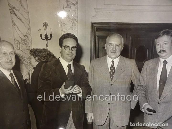 Coleccionismo deportivo: RCD ESPAÑOL. Lote fotografías acto 75 Aniversario. Manuel Meler + escudo e insignia solapa - Foto 2 - 229549950
