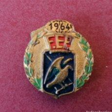 Coleccionismo deportivo: FEDERACIÓN ESPAÑOLA DE PATINAJE. INTERESANTE PIN DE OJAL, 1964.. Lote 232499137