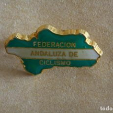 Coleccionismo deportivo: ALFILER PIN INSIGNIA DE LA FEDERACION ANDALUZA DE CICLISMO. Lote 235044220