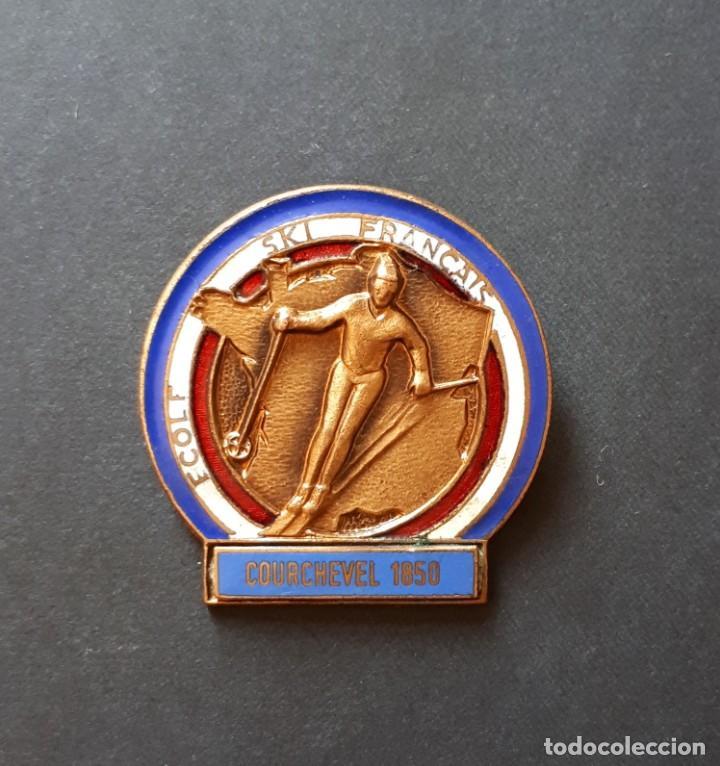 ANTIGUA INSIGNIA DE ESQUÍ- ECOLE SKI FRANÇAIS. COURCHEVEL 1850- FRANCIA (FIRMA DE A. AUGIS- LYON) (Coleccionismo Deportivo - Pins otros Deportes)