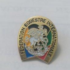 Colecionismo desportivo: PINS DE DEPORTE. ECUESTRE FEDERACIÓN ECUESTRE INTERNACIONAL. Lote 238251155