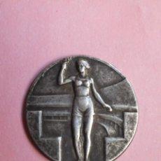 Coleccionismo deportivo: CHAPA OLIMPIADAS ANTIGUOS JUEGOS OLIMPICOS PLACA MUJER CON ANTORCHA. Lote 240724325