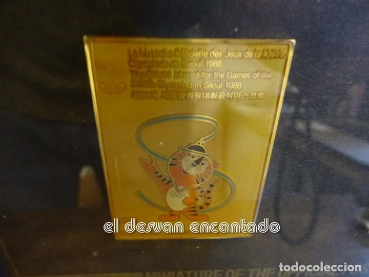 Coleccionismo deportivo: OLIMPIADA SEUL 88. Insignias oficiales conmemorativas en enmarcacion lujo. - Foto 4 - 240882040