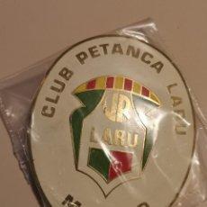 Coleccionismo deportivo: INSIGNIA PETANCA - MATARO - CLUB PETANCA LARU. Lote 243353735