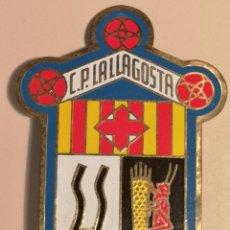 Coleccionismo deportivo: INSIGNIA PETANCA - BARCELONA - CLUB PETANCA LA LLAGOSTA. Lote 243357930