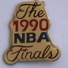 Coleccionismo deportivo: PIN 1990 NBA FINALS - DETROIT PISTONS & PORTLAND TRAIL BLAZERS, BY PETER DAVID. Lote 244407100