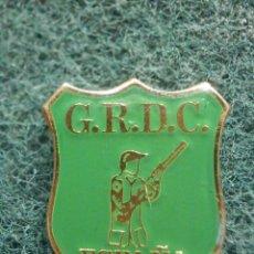 Coleccionismo deportivo: PIN - G.R.D.C - ESPAÑA - VERDE - 22 X 27 MM - NUEVO - ARMAS - CAZA. Lote 244626975
