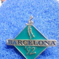 Coleccionismo deportivo: PIN - OLIMPIADAS - BARCELONA ´92 - 1992 - BALONMANO - VERDE - 27 X 33 MM - NUEVO. Lote 244725215