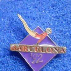 Coleccionismo deportivo: PIN - OLIMPIADAS - BARCELONA ´92 - 1992 - GIMNASIA - APARATOS - AZUL - 27 X 33 MM - NUEVO. Lote 244725580