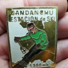 Coleccionismo deportivo: INSIGNIA O PIN DE AGUJA ESTACION DE ESQUI, SKI -MONTAÑA-ALPINISMO --DEL VALLE DE ARAN-CANDANCHU. Lote 245452525
