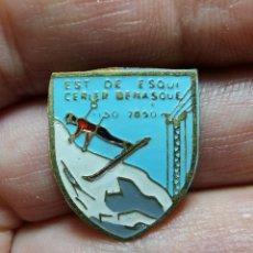 Coleccionismo deportivo: INSIGNIA O PIN DE AGUJA ESTACION DE ESQUI, SKI -MONTAÑA-ALPINISMO --BENASQUE -CERLER. Lote 245453510