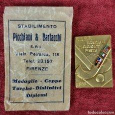 Coleccionismo deportivo: PIN EN METAL DORADO. MUNDIAL DE HOCKEY EN PISTA. PICCHIANI. ITLIA. 1955.. Lote 269780023