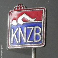Coleccionismo deportivo: PIN INSIGNIA K.N.Z.B REAL FEDERACIÓN HOLANDESA DE NATACIÓN - ROYAL DUTCH SWIMMING FEDERATION. Lote 271378883