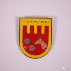 Coleccionismo deportivo: CLUB PETANCA - PARETS - INSIGNIA METAL ESMALTADO GRAN TAMAÑO 4,5X5,5CM. Lote 278329253