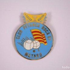 Coleccionismo deportivo: CLUB PETANCA - ROCA 81 MATARÓ - INSIGNIA METAL ESMALTADO GRAN TAMAÑO 6X7,5CM. Lote 278331048