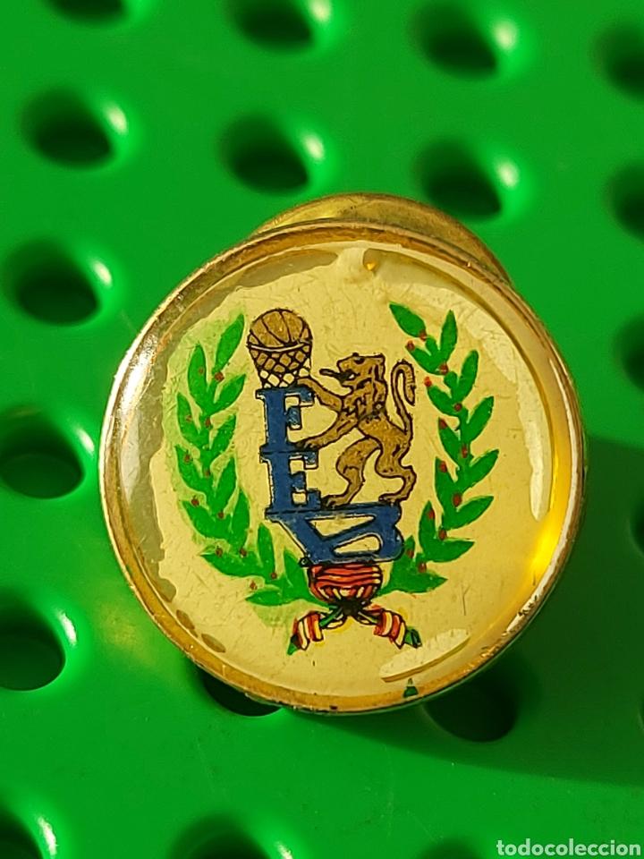 PIN MUY ANTIGUO FEDERACIÓN BALONCESTO (Coleccionismo Deportivo - Pins otros Deportes)
