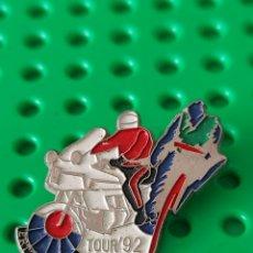 Coleccionismo deportivo: PIN POLICÍA ERTZAINA TOUR 1992 CICLISMO MOTO. Lote 287063498
