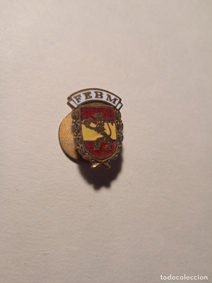 PIN - INSIGNIA ESMALTADO F.E.B.M. (Coleccionismo Deportivo - Pins otros Deportes)