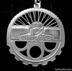 Coleccionismo deportivo: COLGANTE CICLISMO BIKE EN PLATA DE LEY - 28MM. Lote 295792353