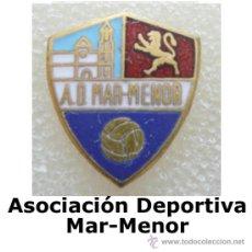 Coleccionismo deportivo: ANTIGUA INSIGNIA EQUIPO FUTBOL: UD MAR-MENOR (SECCIÓN: PIN DE DEPORTES). Lote 14012104