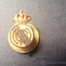 Coleccionismo deportivo: ANTIGUA INSIGNIA DEL R.MADRID MUY BIEN CONSERVADA. Lote 26308859