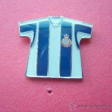 Coleccionismo deportivo: PIN DEL ESPAÑOL CAMISETA. Lote 26916133