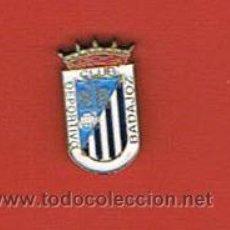 Coleccionismo deportivo: PIN DEPORTIVOS, EQUIPO FÚTBOL ESPAÑA, C. D. BADAJOZ. Lote 20476266