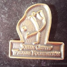 Coleccionismo deportivo: PIN'S DE JOHAN CRUYKK DE LA WELFARE FOUNDATION. Lote 27566138