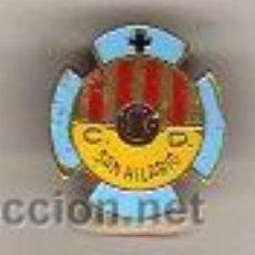 Coleccionismo deportivo: INTERESANTE I VIEJO PIN DE FUTBOL - CENTRO DE DEPORTES SAN HILARIO. Lote 27595873