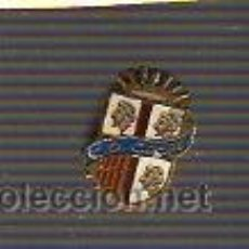 Coleccionismo deportivo: INTERESANTE PIN DE FUTBOL . CENTRO DE DEPORTES CASPE VIEJO. Lote 27723987