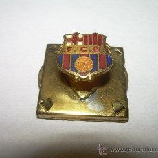 Coleccionismo deportivo: ANTIGUA INSIGNIA ESMALTADA...CON MARCADOR SIMULTANEO EN EL DORSO...F.C.BARCELONA - R.C.D.ESPAÑOL - . Lote 27847325
