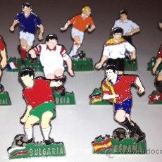 Coleccionismo deportivo: 11 PINS CON BASE DEL MUNDIAL 82. Lote 32772305