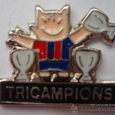 Collectionnisme sportif: PIN DEL F.C.BARCELONA COBI TRICAMPION'S PIE NEGRO. Lote 34000587