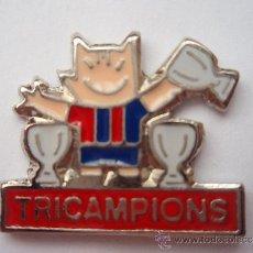 Collectionnisme sportif: PIN DEL F.C.BARCELONA COBI TRICAMPION'S PIE ROJO. Lote 34000589