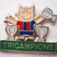 Collectionnisme sportif: PIN DEL F.C.BARCELONA COBI TRICAMPION'S PIE VERDE. Lote 34000572