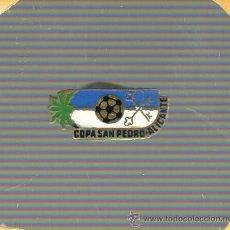 Coleccionismo deportivo: BUEN E INTERESANTE PIN DE FUTBOL - COPA DE SAN PEDRO DE ALICANTE - AÑOS 60 APROXMTE.. Lote 36191233