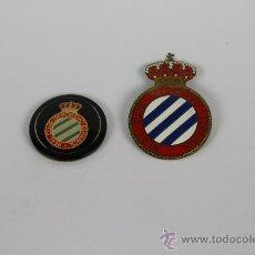 Coleccionismo deportivo: PIN079 LOTE DE 2 ESCUDOS DEL RCD ESPAÑOL AÑOS 60 / 70.. Lote 37667457