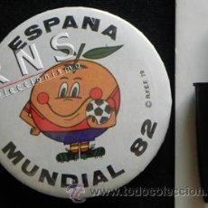 Coleccionismo deportivo: NARANJITO - CHAPA GRANDE CON IMPERDIBLE - MASCOTA DE ESPAÑA 82 MUNDIAL FÚTBOL DEPORTE 1982 ESPAÑA82. Lote 39525570
