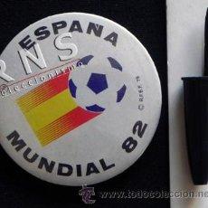 Coleccionismo deportivo: CHAPA GRANDE CON IMPERDIBLE LOGO DE ESPAÑA 82 MUNDIAL FÚTBOL DEPORTE 1982 DIFÍCIL CONSEGUIR ESPAÑA82. Lote 39525820
