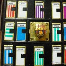 Coleccionismo deportivo: PIN TIPO INSIGNIA MARCADOR DEPORTIVO F C BARCELONA CON PLACAS DE DISTINTOS EQUIPOS. Lote 41739357
