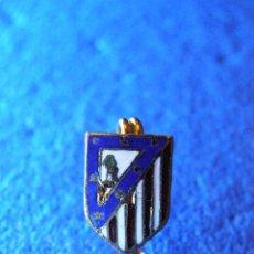 Coleccionismo deportivo: ANTIGUA INSIGNIA - ATLETICO DE MADRID - SUJECCIÓN MEDIANTE ALFILER IMPERDIBLE - NUEVA -. Lote 41761053